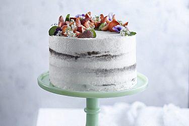 עוגת שכבות עירומה עם קרם לאבנה של מיכל בוטון. צילום: רונן מנגן. סטיילינג: עמית פרבר