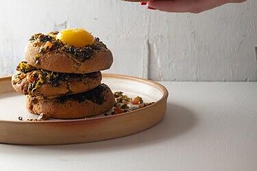 בריוש שמן זית, עלי גפן וחלמון של רינת צדוק. צילום: שני בריל