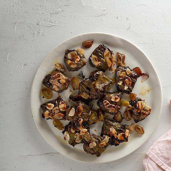 מאפי עלי גפן ממולאים בגבינת עיזים ומזוגגים בדבש של רינת צדוק. צילום: שני בריל