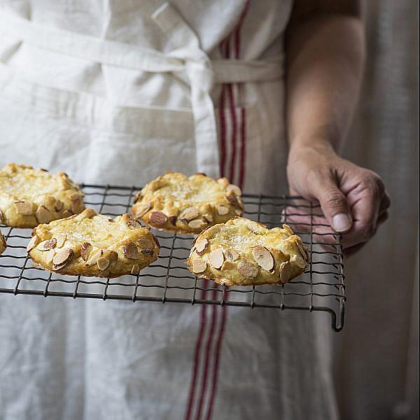 גאלטים אישיים עם קרם לימון, קוקוס ושקדים של אורלי חרמש. צילום: אפיק גבאי. סטיילינג: אוריה גבע