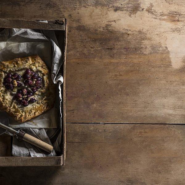 גאלט קרם ריקוטה עם ענבים צלויים של אורלי חרמש. צילום: אפיק גבאי. סטיילינג: אוריה גבע