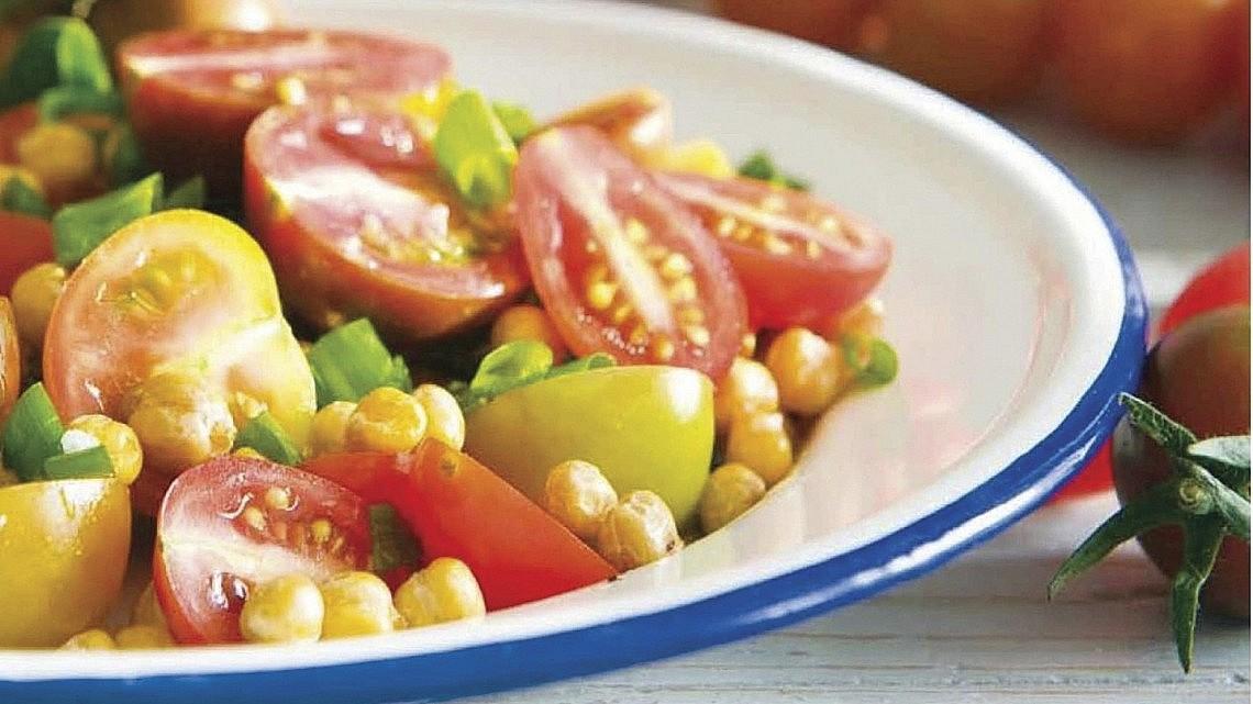 סלט עגבניות וחומוס בולגרי של שף ארז ארז קומרובסקי. צילום: ארז בן שחר. סטיילינג: נורית קריב