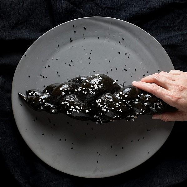 חלה שחורה של ליאור משיח. צילום: דרור עינב