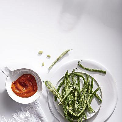צ׳יפס שעועית ירוקה וקטשופ של פעם של שף שניר אנג- סלע. צילום: אנטולי מיכאלו; סטיילינג: דיאנה לינדר; כלים: סטודיו בילונגינג