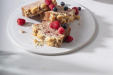 עוגת שיש יוגורט ודובדבנים של שפית- קונדיטורית קרן קדוש. צילום: אנטולי מיכאלו. סטיילינג: דיאנה לינדר