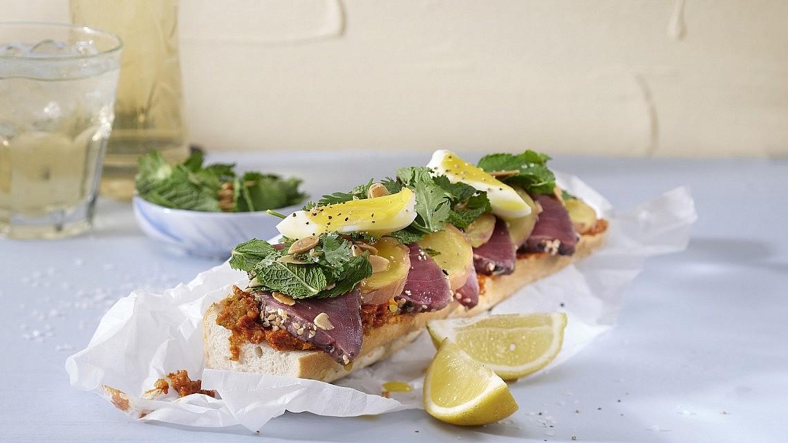 ג'מבו ברוסקטה פריקסה של שף משה בדישי. צילום: אנטולי מיכאלו. סטיילינג: נעה קנריק