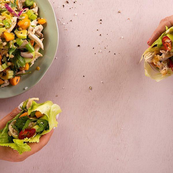 סלט ארוחה - עוף, משמשים ועשבים של רינת צדוק. צילום: שני בריל
