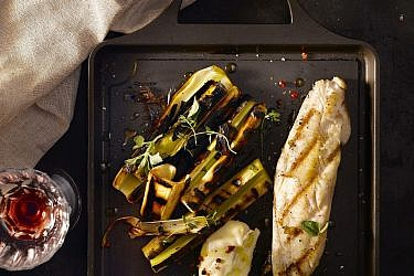 פילה אמנון עם כרשה חרוכה ואיולי עשבים של שף יחיאל זינו. צילום: רונן מנגן. סטיילינג: דלית רוסו