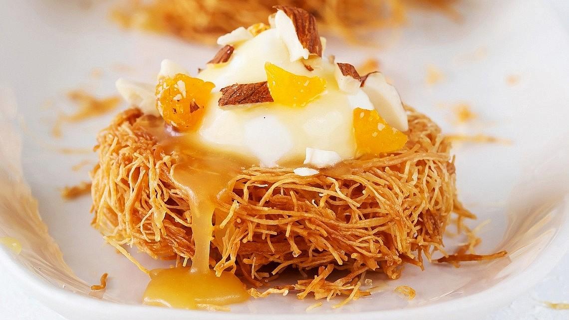 טארטלטי קדאיף ממולאים בקרם וניל ושוקולד לבן ברוטב טופי דבש של אילה ענבר אפללו. צילום: שרית גופן. סטיילינג: ענת לבל