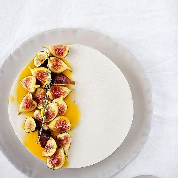 פנקוטת יוגורט עם תאנים בסירופ דבש, תפוזים ותימין של אילה ענבר אפללו. צילום: שרית גופן. סטיילינג: ענת לבל