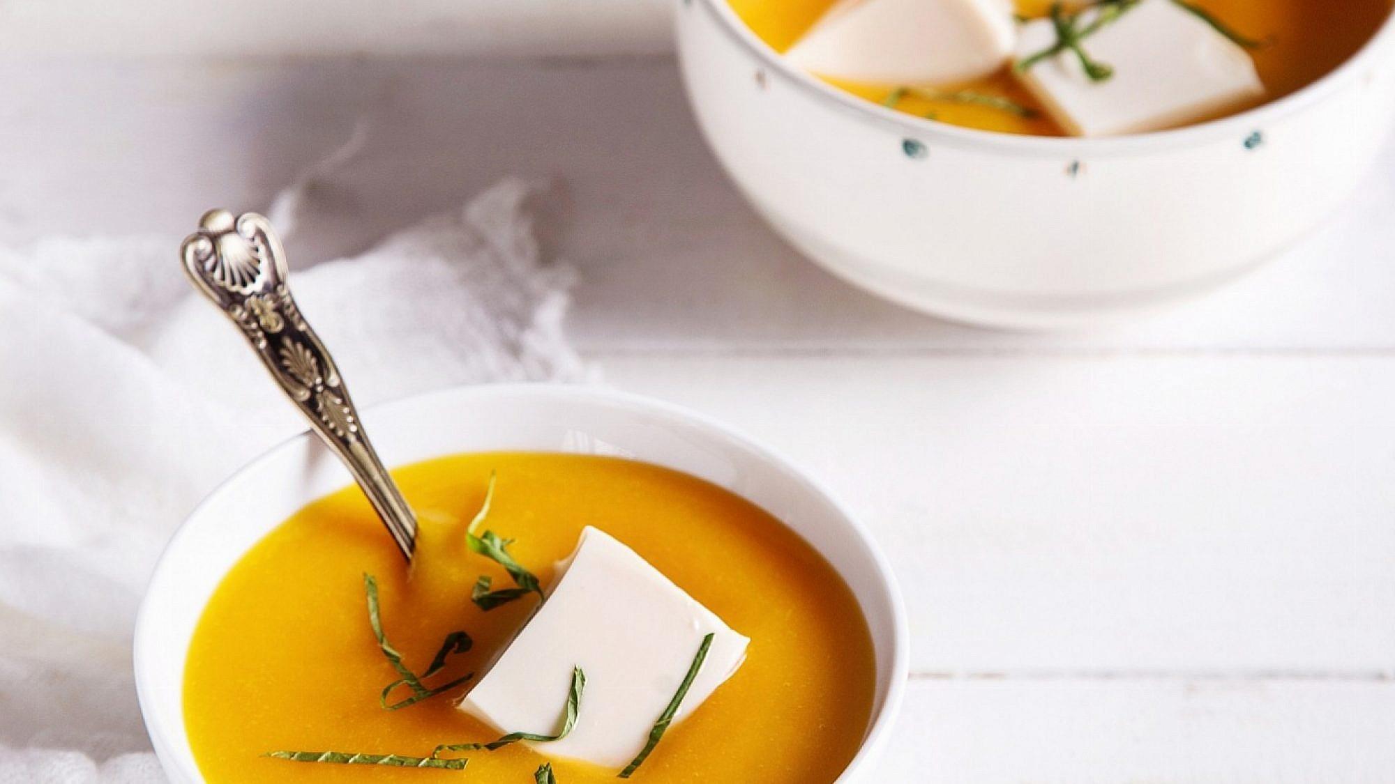 מרק מנגו מתובל עם טופו רך בדבש של נעם דקרס. צילום: שרית גופן. סטיילינג: אינה גוטמן