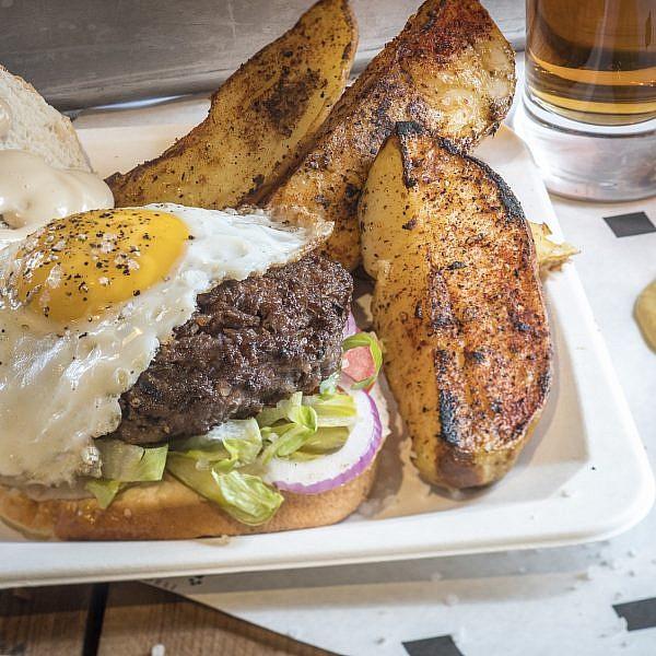 המבורגר טלה בדלישס. צילום: אנטולי מיכאלו