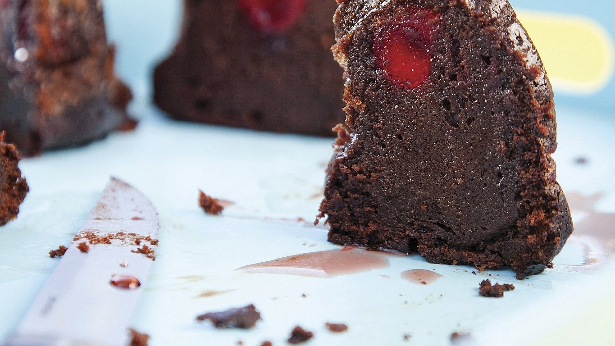 עוגת שוקולד עם דובדבנים משומרים של אלרן גולדשטיין. צילום: דניאל לילה. סטיילינג: טליה אסיף