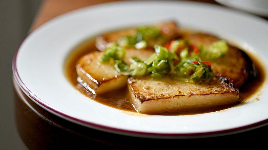קולורבי ציר לימון פרסי וסלסת בצלים של שף מושיקו גמליאלי. צילום: רן בירן