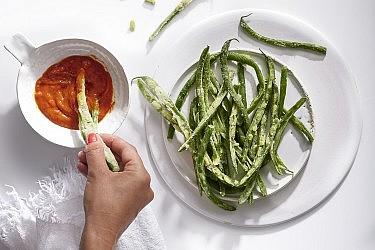 צ׳יפס שעועית ירוקה וקטשופ של פעם של שף שניר אנג- סלע. צילום: אנטולי מיכאלו. סטיילינג: דיאנה לינדר; כלים: סטודיו בילונגינג