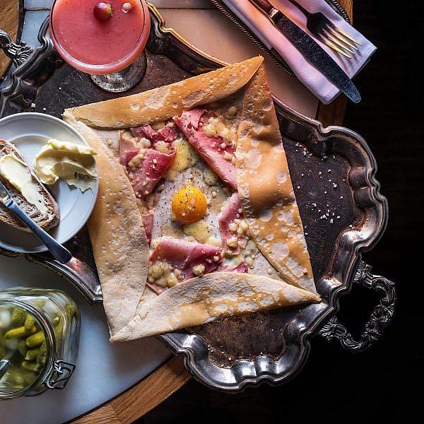 קרפ כוסמת עם אמנטל, שינקן וביצה של שף עינב אזגורי. צילום: אנטולי מיכאלו