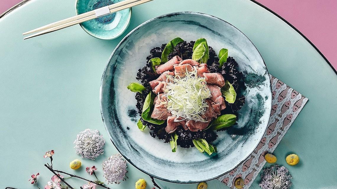 ריי שאבו דאשי- סלט נתחי בקר בדאשי וטחינה פונזו של שף מאסאקי סוגיסאקי. צילום: אמיר מנחם. סטיילינג: דיאנה לינדר