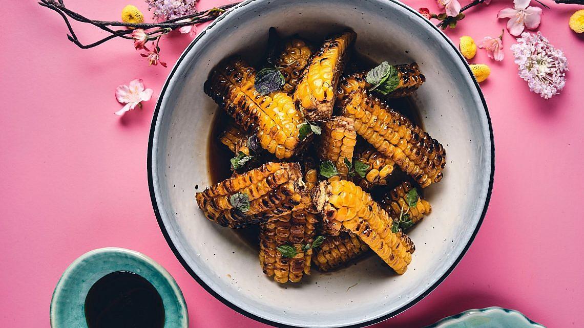 תירס בגריל עם רוטב סויה מקורמל של שף מאסאקי סוגיסאקי. צילום: אמיר מנחם. סטיילינג: דיאנה לינדר