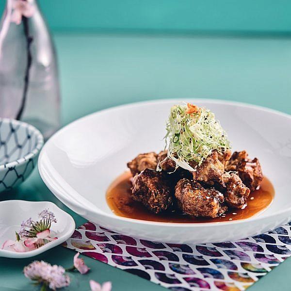 טורי קארה- עוף מטוגן עם רוטב אמזו חמוץ מתוק של שף מאסאקי סוגיסאקי. צילום: אמיר מנחם. סטיילינג: דיאנה לינדר