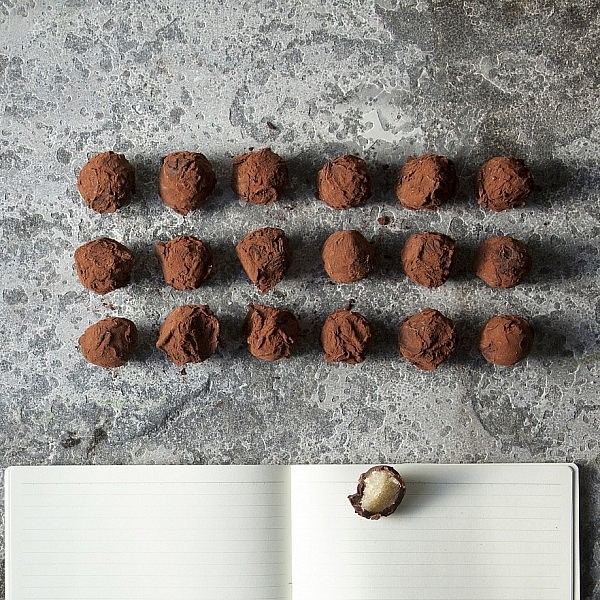 טראפלס שוקולד מרציפן ובונבונים של אגוזי לוז של רות אוליבר צילום: דניאל לילה | סגנון: עמית פרבר