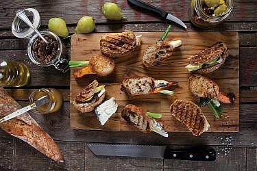 כריכוני ברוסקטה עם בטטה, גבינת צאן ובצל ירוק של אלרן גולדשטיין. צילום: דניאל לילה. סטיילינג: אוריה גבע