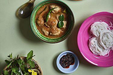 קאנום ג'ין נאם יא פלא - אטריות אורז וקציצות דג של התאילנדית בהר סיני. צילום: אנטולי מיכאלו. סטיילינג: דינה אוסטרובסקי וירדן יעקובי
