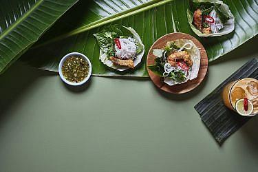 מיאנג פלה - דג ואטריות בחסה של התאילנדית בהר סיני. צילום: אנטולי מיכאלו. סטיילינג: דינה אוסטרובסקי וירדן יעקובי
