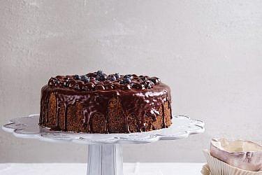 עוגת פרג בציפוי גנאש שוקולד של זהר ורן שמואלי. צילום: שרית גופן. סטיילינג: אינה גוטמן