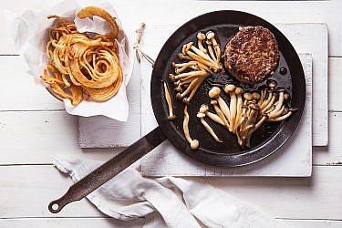 המבורגר פטנט עם צ'יפס בטיגון כפול של זהר ורן שמואלי. צילום: שרית גופן. סטיילינג: אינה גוטמן