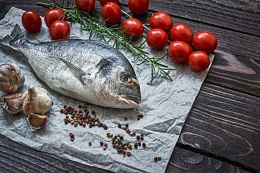 דג שלום בתנור עם שומר וכל סוגי העגבניות של זהר ורן שמואלי. צילום: shutterstock
