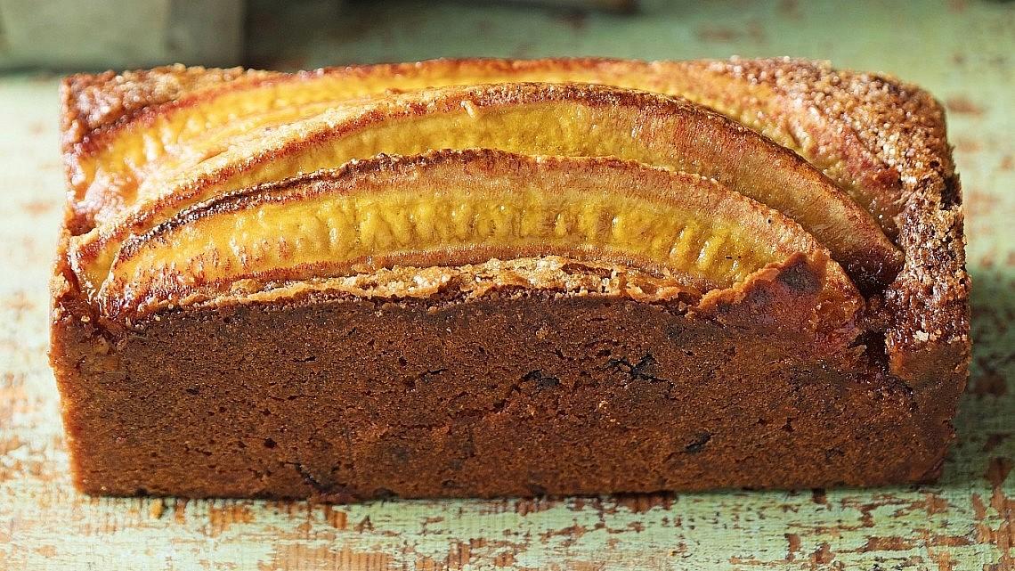 """עוגת בננות עם שברי שוקולד מתוך הספר """"אפייה טובה עם מיקי שמו"""". צילום: דניאל לילה; סטיילינג: עמית פרבר"""
