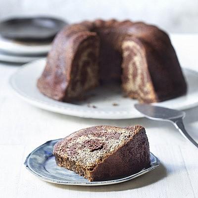 """עוגת שיש קוקוס, פרג ושוקולד מתוך הספר """"אפייה טובה עם מיקי שמו"""". צילום: דניאל לילה; סטיילינג: עמית פרבר"""