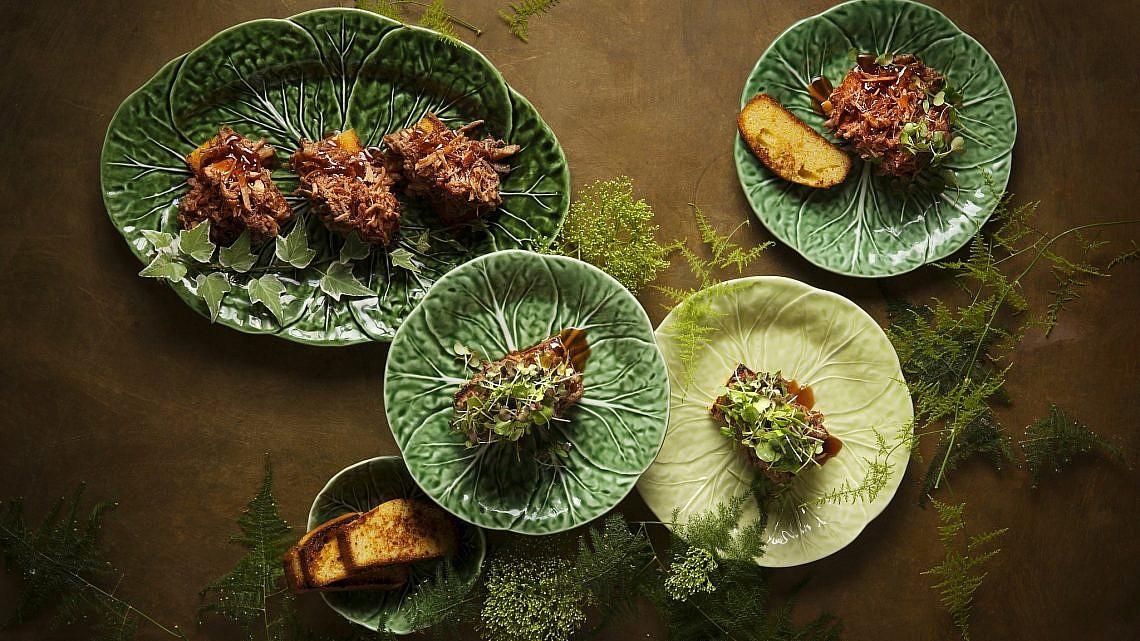 ירך חזיר מפורקת בקרמל צ'ילי על לחם תירס של שף רז רהב. צילום: אפיק גבאי. סטיילינג: עמית פרבר