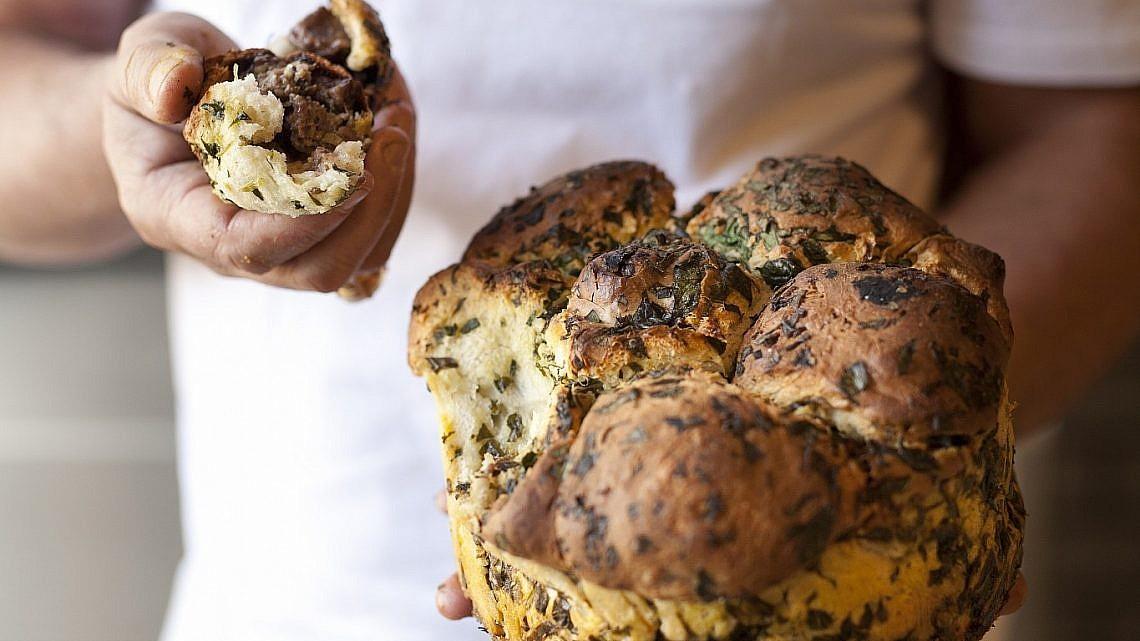 לחם קופים ממולא בטלה וערמונים שף ארז קומרובסקי. צילום: דניאל לילה. סטיילינג : אוריה גבע