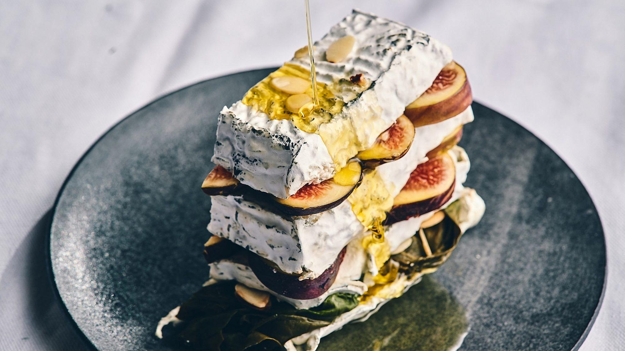 כיכר גבינה עם מנגולד ותאנים של הדיי עפאים. צילום: אמיר מנחם. סטיילינג: דלית רוסו