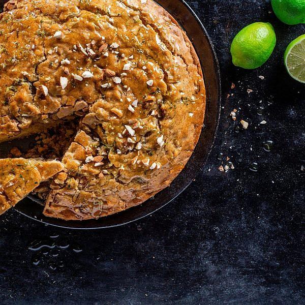 עוגת תפוחים, דבש ושמן זית של שף אודי ברקן. צילום: אסף קרלה. סטיילינג: דלית רוסו
