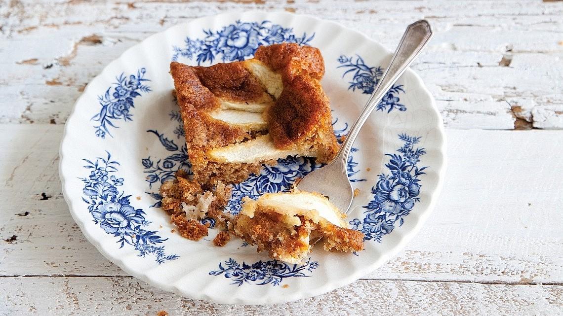 עוגת תפוחים ומרציפן של מיכל מוזס. צילום: דן לב. סטיילינג: אוריה גבע