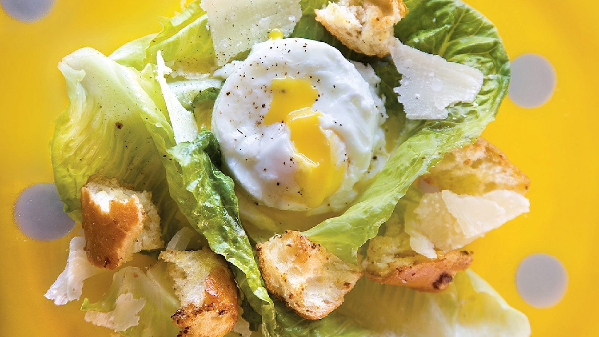 סלט קיסר עם ביצה עלומה של מיכל מוזס. צילום: דניאל לילה. סטיילינג: טליה אסיף