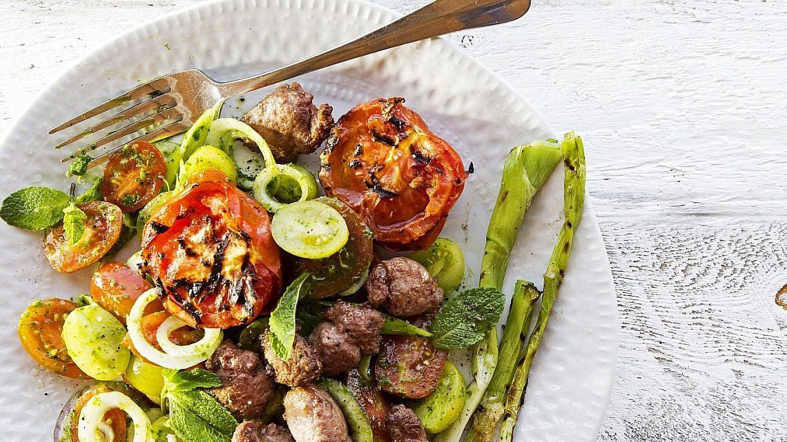 סלט עגבניות עם נקניקיות מפורקות של שף עמוס שיאון. צילום: דן לב. סטיילינג: דלית רוסו