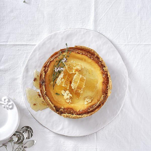 עוגת ריקוטה ויערת דבש של רותם ליברזון. צילום: אנטולי מיכאלו. סטיילינג: דינה אוסטרובסקי וירדן יעקובי
