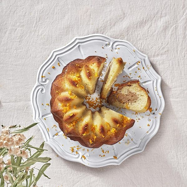 עוגת דבש, תפוזים ותמרים של רותם ליברזון. צילום: אנטולי מיכאלו. סטיילינג: דינה אוסטרובסקי וירדן יעקובי