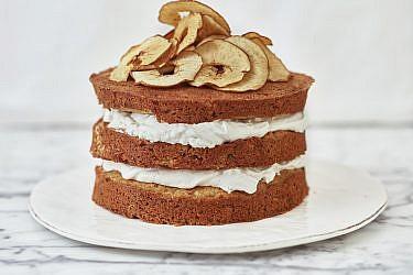 עוגת שכבות תפוחים, קרם ג'ינג'ר ותפוחי עץ מיובשים של רותם ליברזון. צילום: אנטולי מיכאלו. סטיילינג: דינה אוסטרובסקי וירדן יעקובי