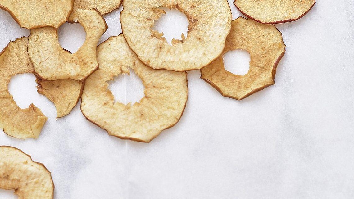 תפוחים מיובשים של רותם ליברזון. צילום: אנטולי מיכאלו. סטיילינג: דינה אוסטרובסקי וירדן יעקובי