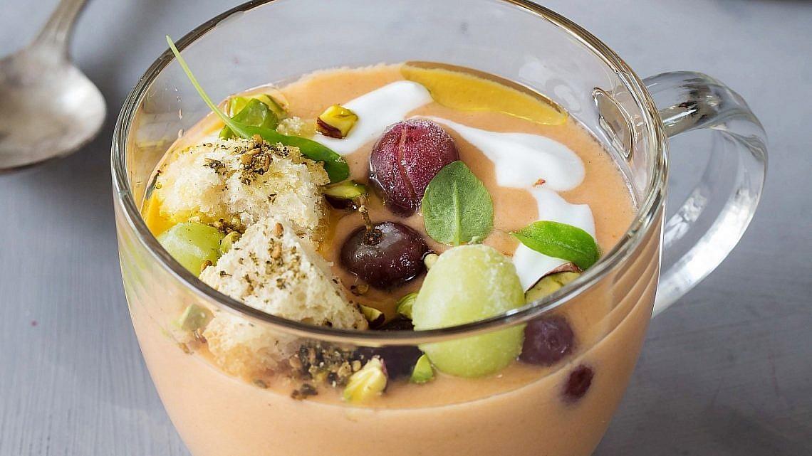 גספצ'ו חצילים קלויים, יוגורט וענבים קפואים של סבינה ולדמן . צילום: שרית גופן . סגנון: ענת לבל
