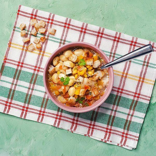 מרק שעועית לימה וירקות שורש. צילום: shutterstock