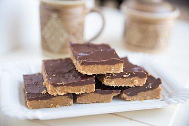 קוביות פאדג' שוקולד וחמאת בוטנים של רות אוליבר. צילום: shutterstock