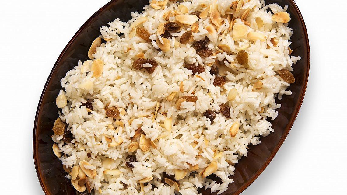 אורז לבן עם שקדים וצימוקים. צילום: shutterstock