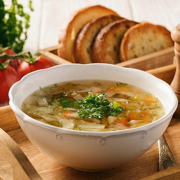 מרק ירקות עם בצקניות ושמיר. צילום: shutterstock