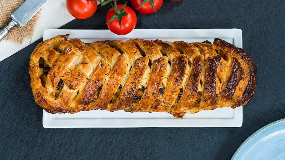 מאפה בצק עלים עם גבינת עיזים ופסטו לימוני. צילום: shutterstock