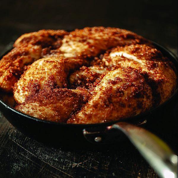 לחם מחבת עם קינמון ומייפל של רותי רוסו. צילום: זוהר רון. סטיילינג: עמית פרבר